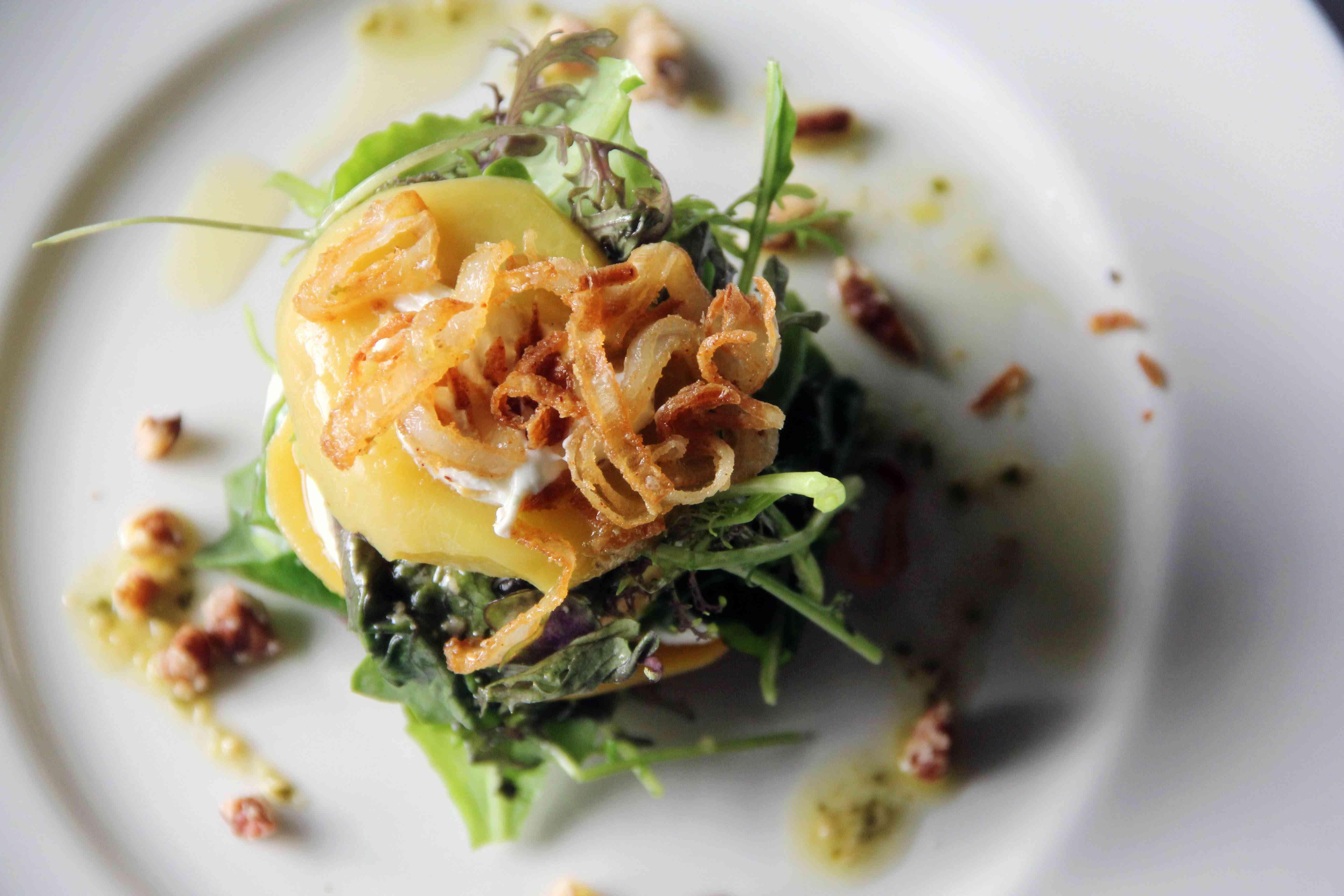 Entrada de Jack Fry's con crujientes cebollas y verduras
