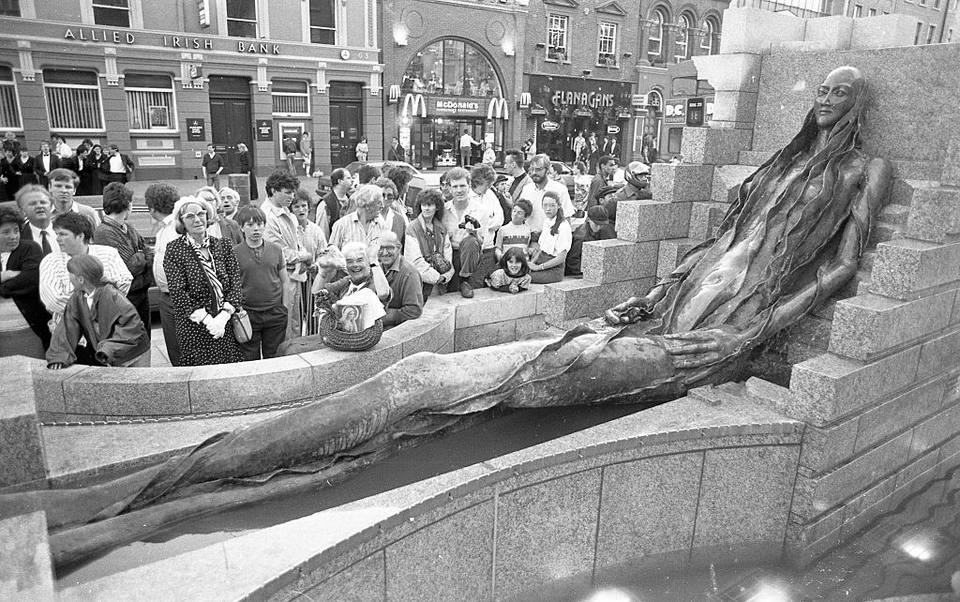 The Anna Livia Statue which was unveiled in Dublin's O'Connell St, 17th June 1988. Photographer Tom Burke.