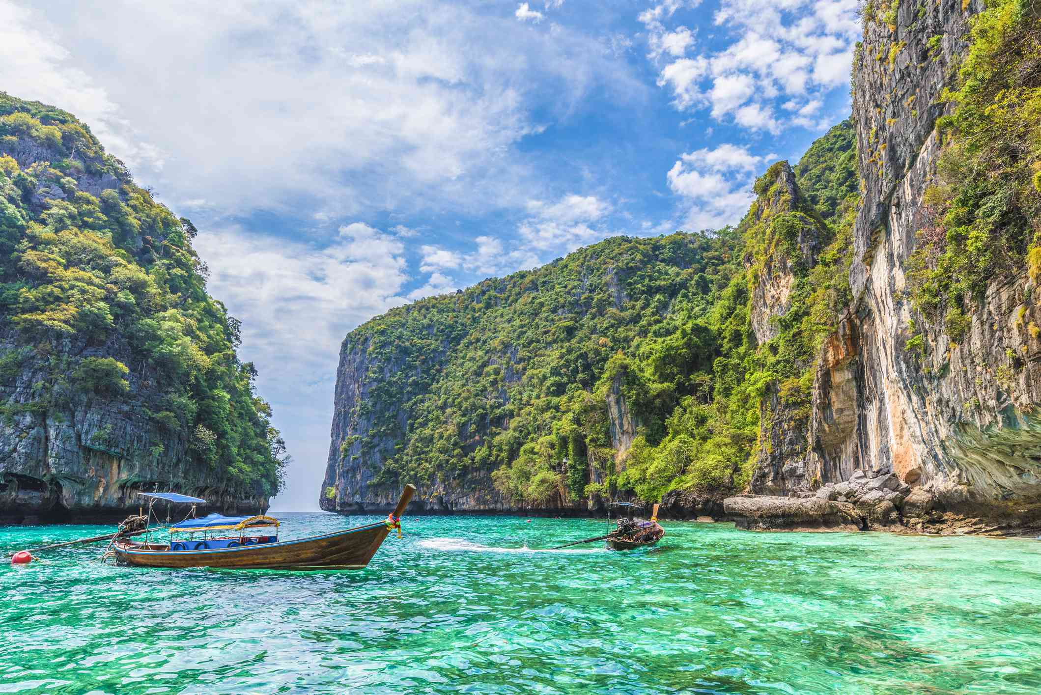 pontoon boats surrounded by cliffs in Pileh Bay