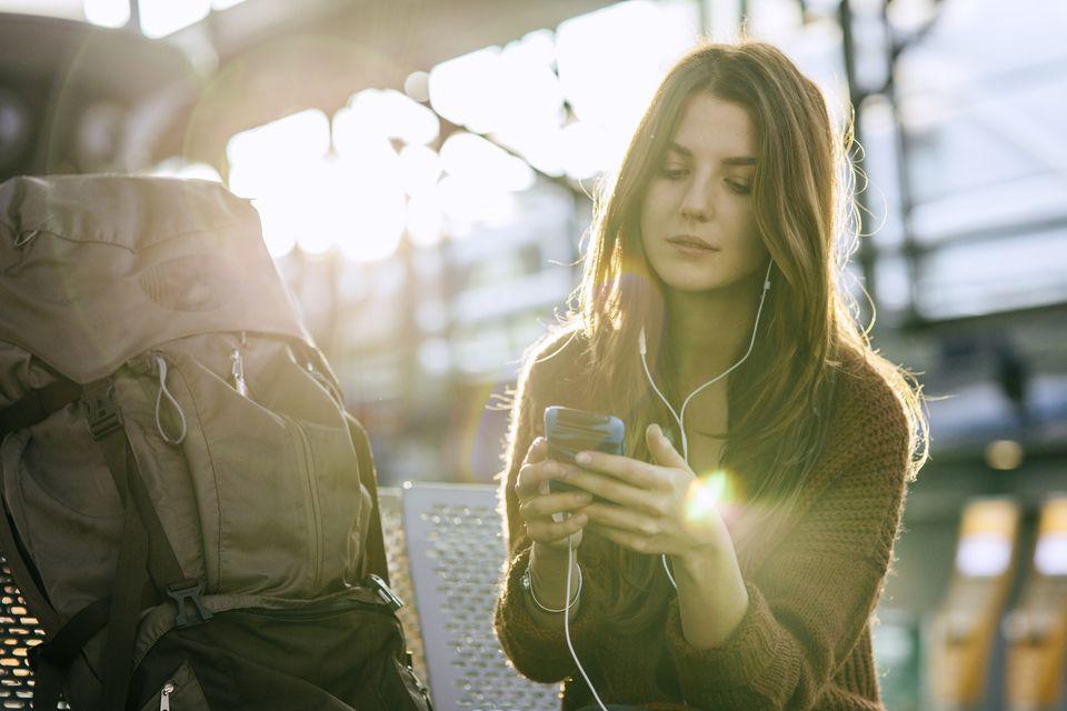 Mujer con teléfono y mochila