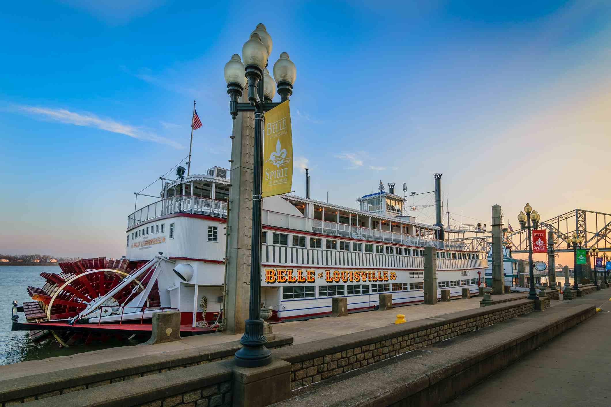 Belle of Louisville en Waterfront Park Wharf en Louisville