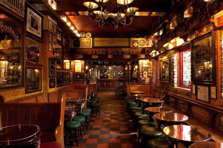 interior del pub irlandés tradicional