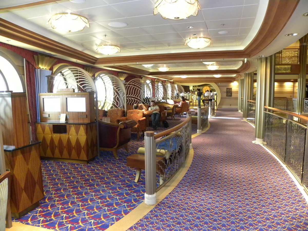 Disney Dream - Vista Cafe Seating Area