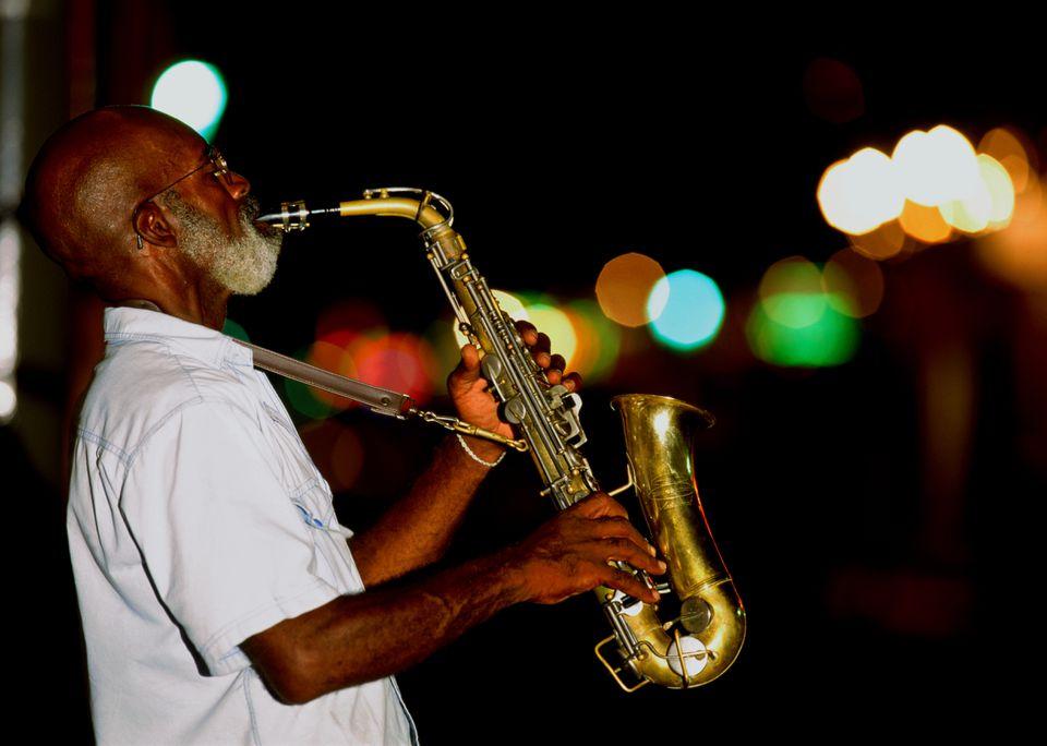Saxofonista en la calle por la noche, Nueva Orleans, Louisiana, EE. UU.