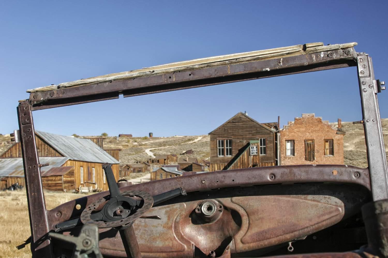 Autos y edificios antiguos en Bodie Ghost Town