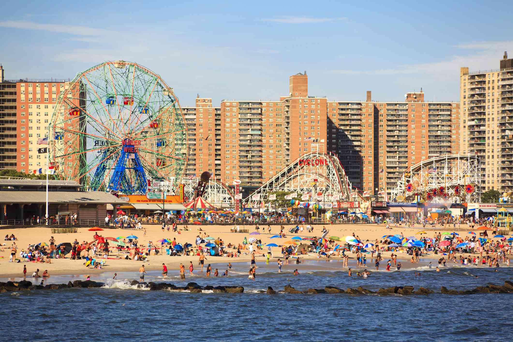 Gente disfrutando de la playa en Coney Island
