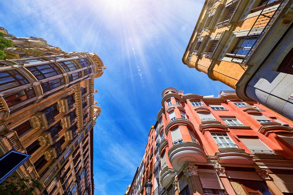 Vista de gusano de edificios en Madrid, España