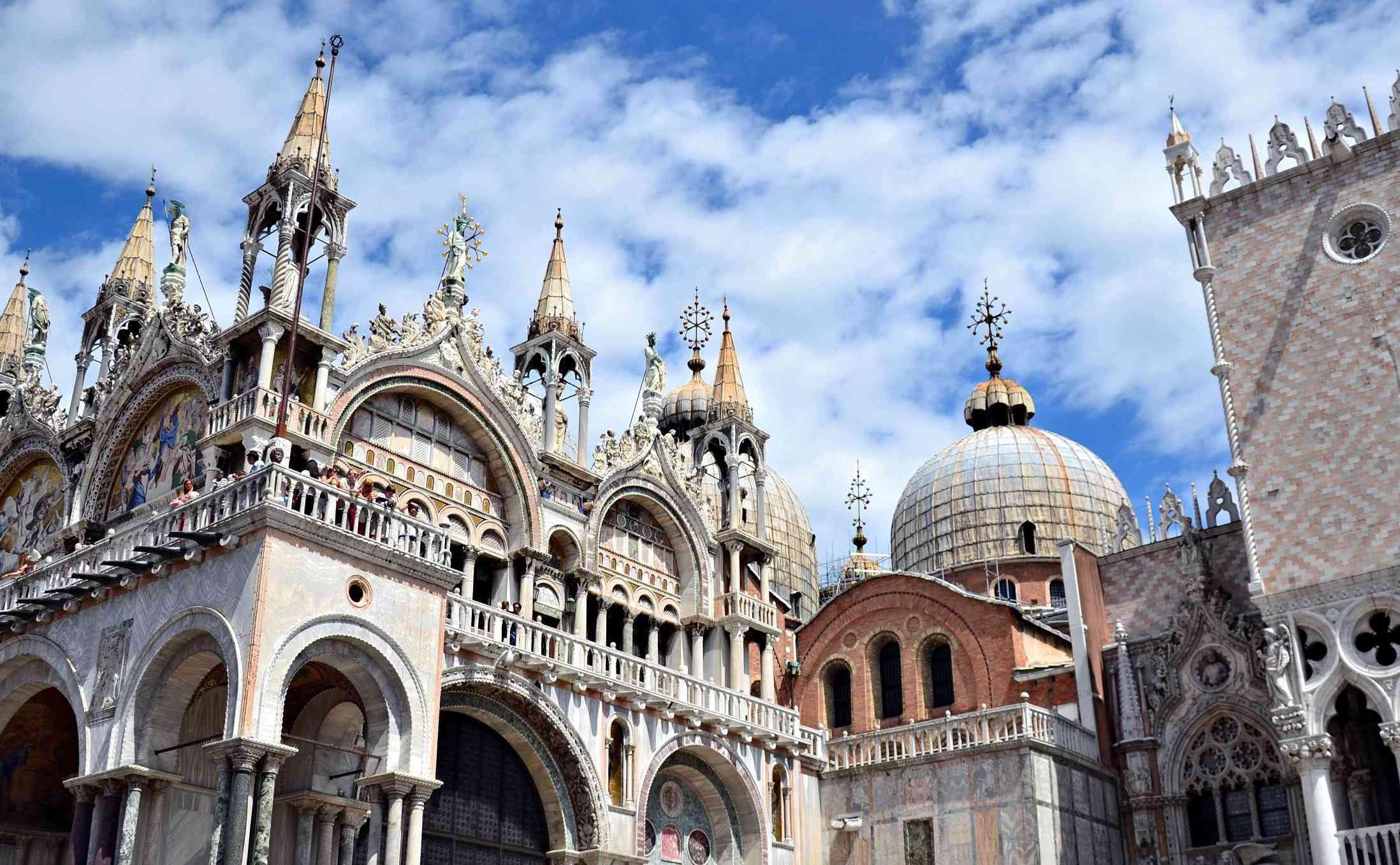 Basílica de San Marcos contra la formación de nubes en Venecia