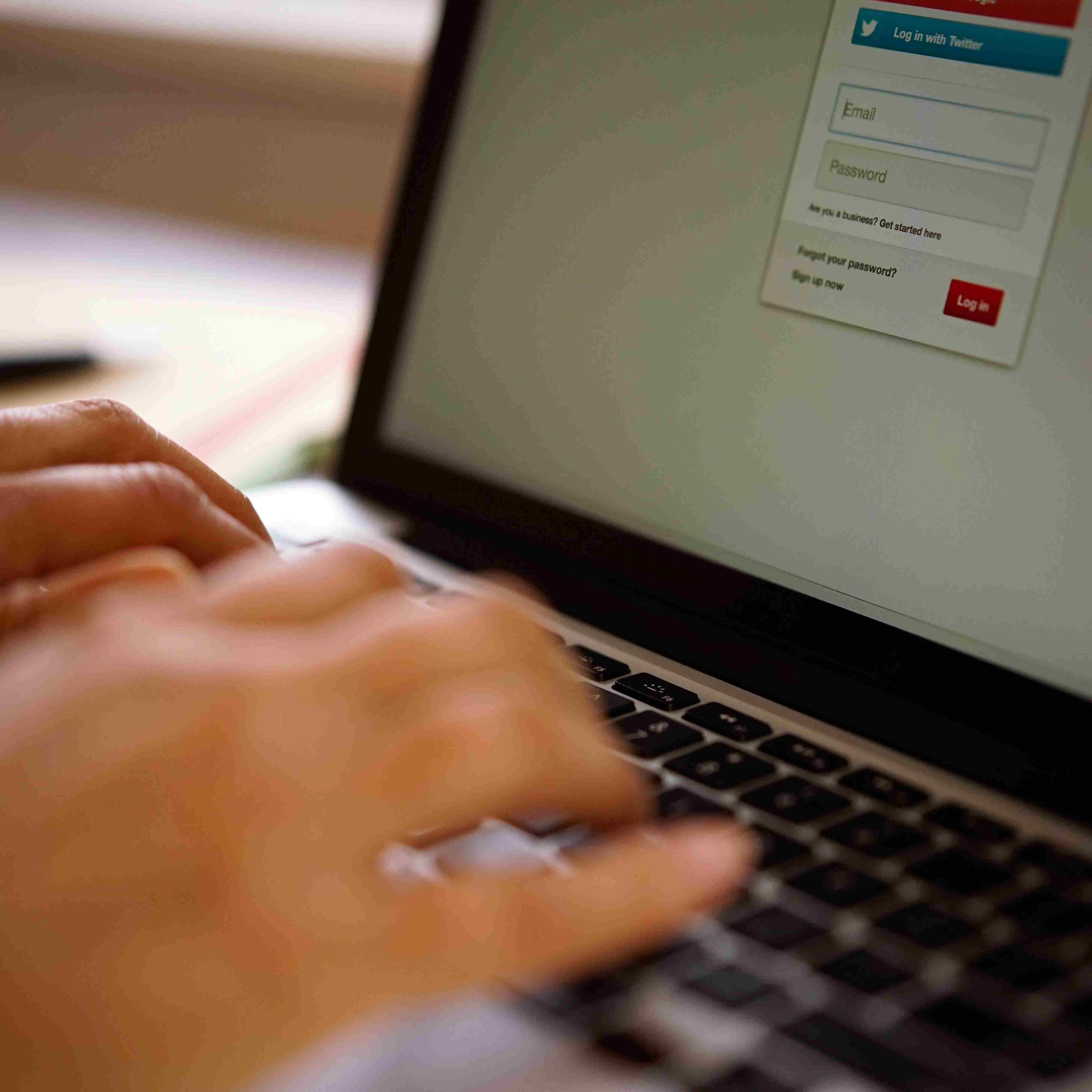 Busque tarifas aéreas de referencia en Internet.