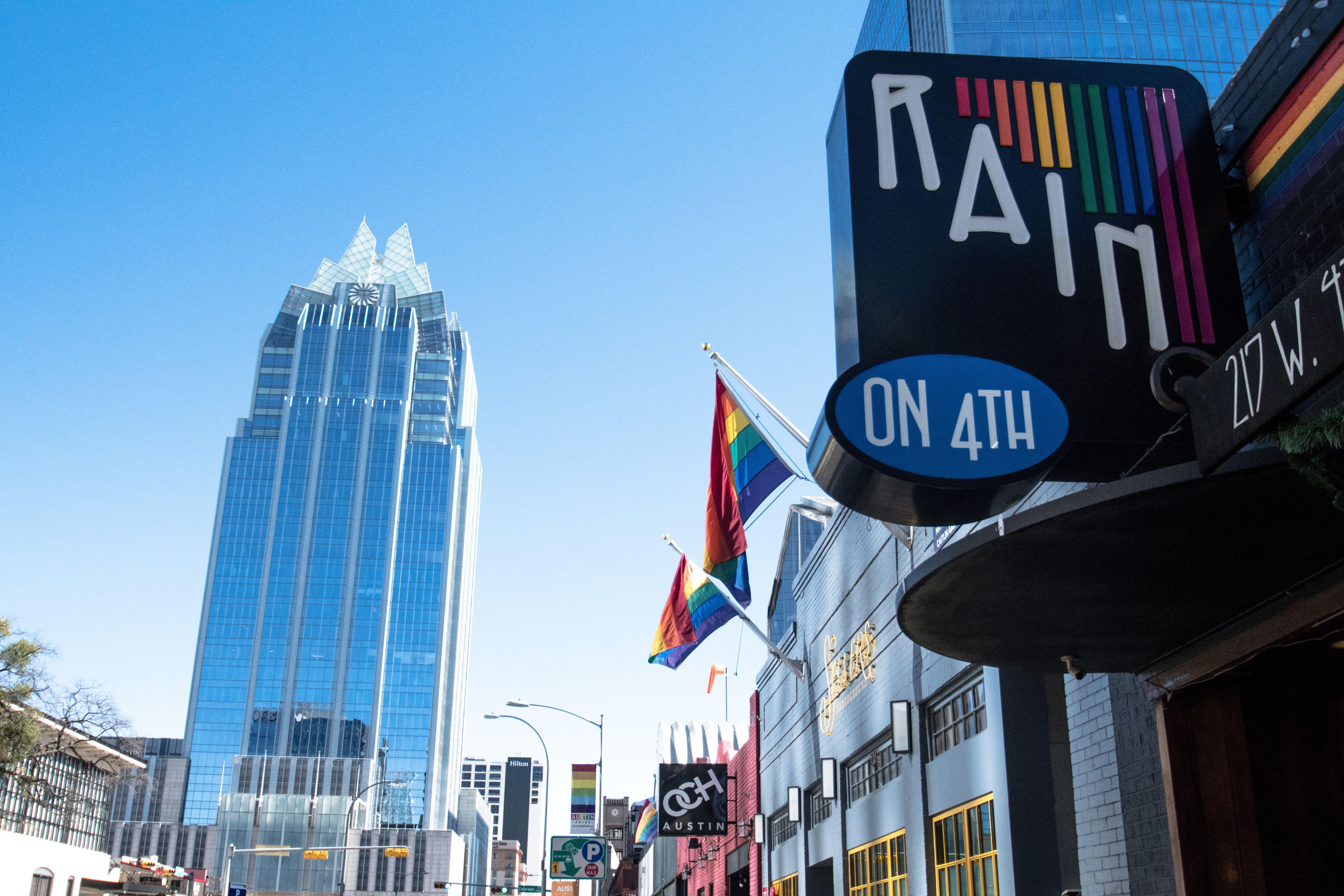 Vista de edificios y banderas del arcoíris en el distrito de almacenes