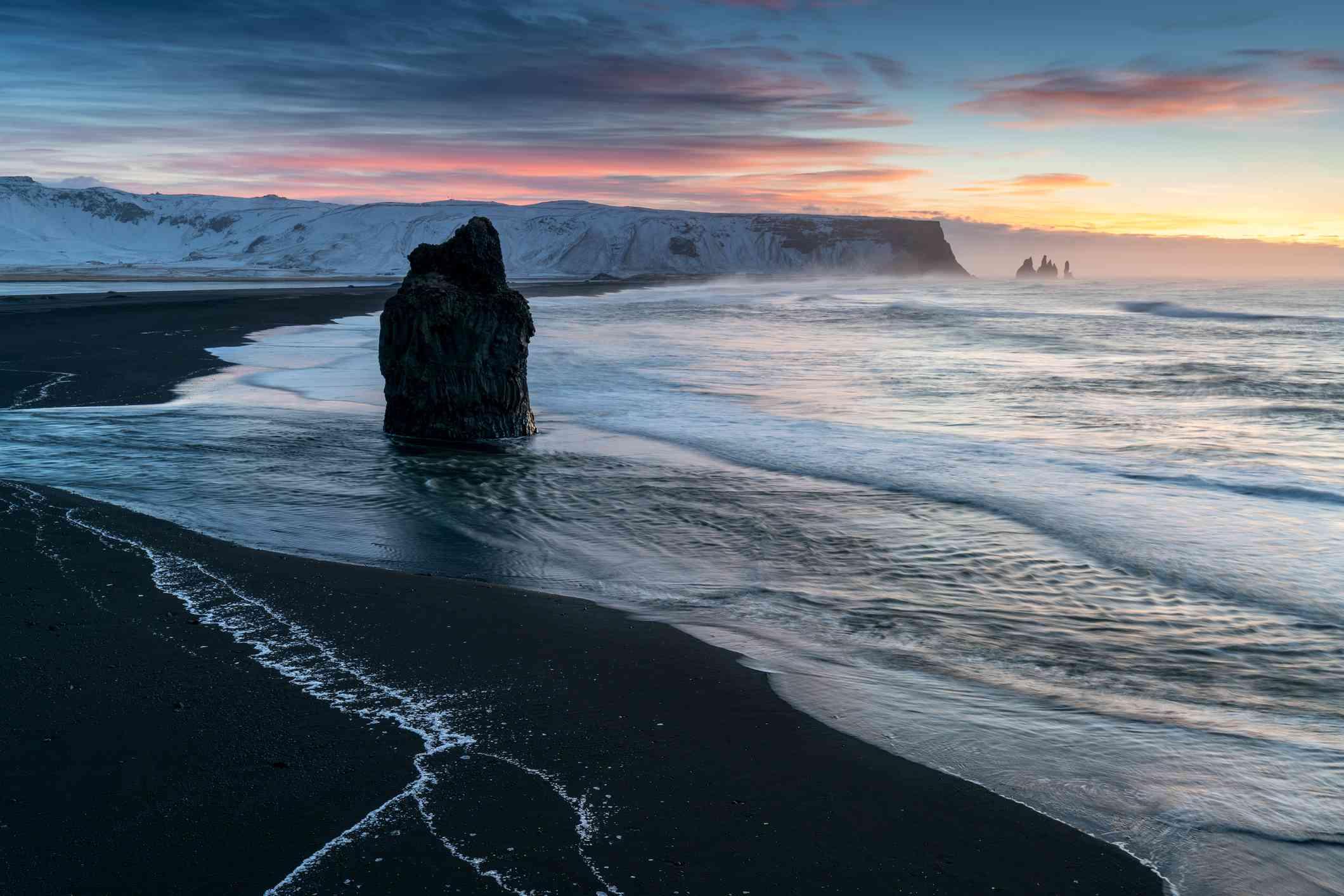 Playa de Vik, Islandia durante la puesta de sol