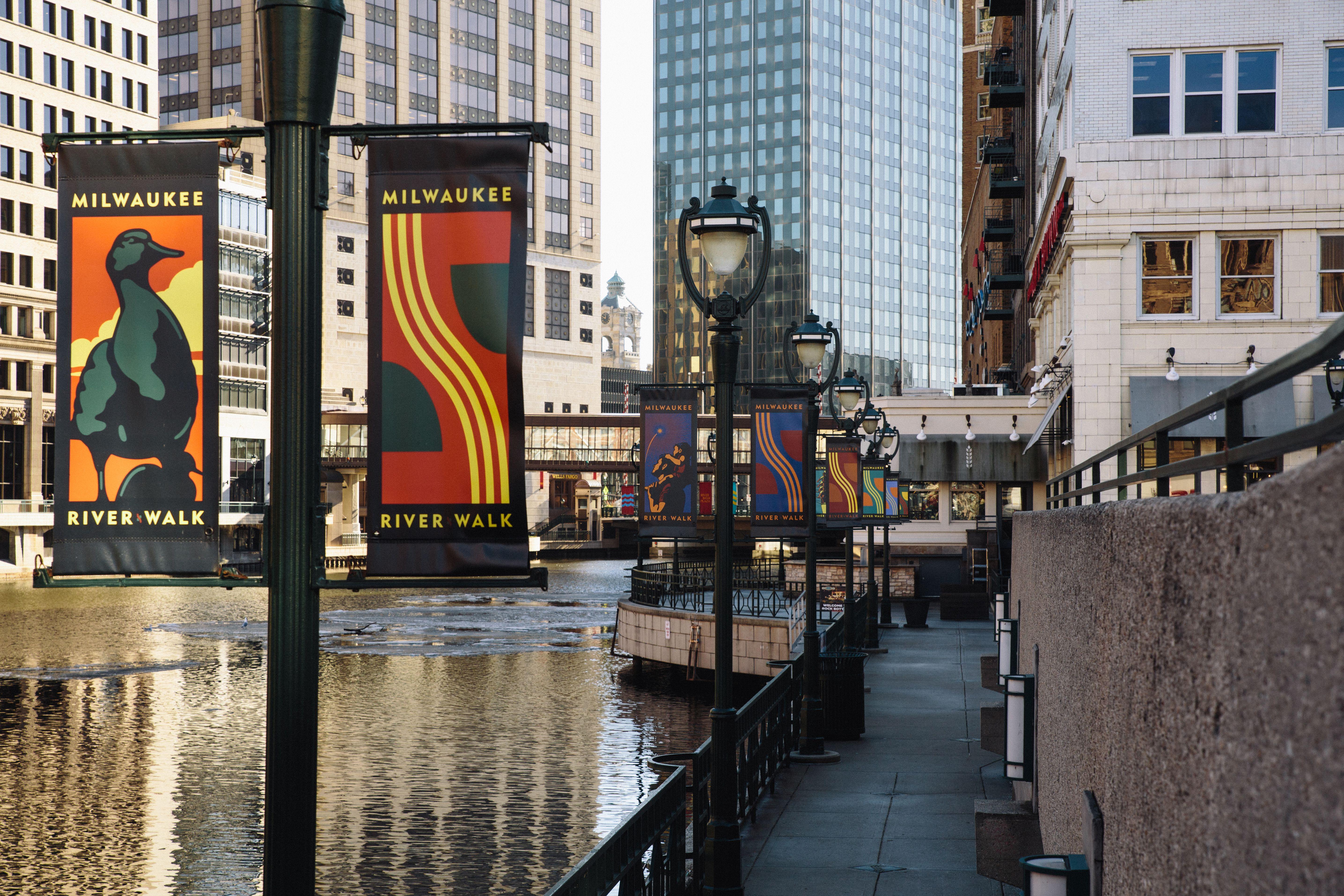 Milwaukee S Downtown Riverwalk What To Do
