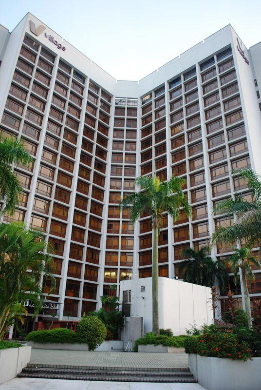 Fachada del Village Hotel Bugis, como se ve desde la cubierta de la piscina del quinto piso