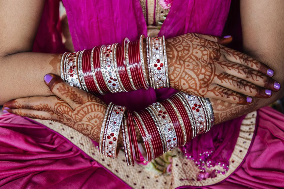 Tatuajes de henna en las manos de una mujer del sur de Asia
