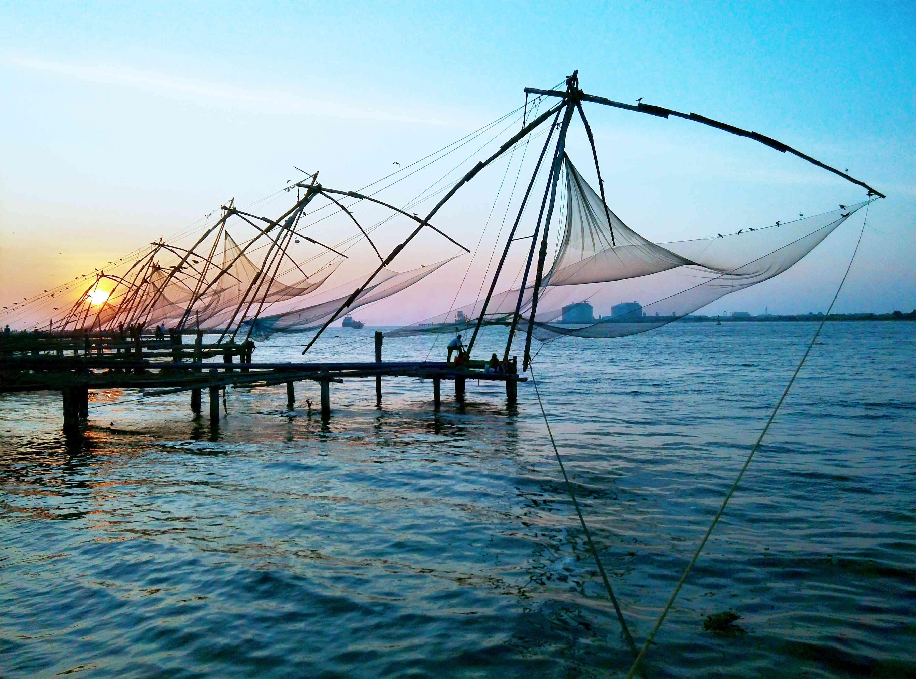 Redes de pesca chinas al atardecer, Fort Kochin, India.