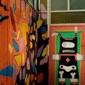 Un pasillo caprichoso en el albergue Art Factory en San Telmo