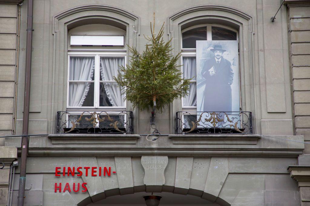 Einstein Haus en Berna con un gran cartel de Albert Einstein fuera de la ventana