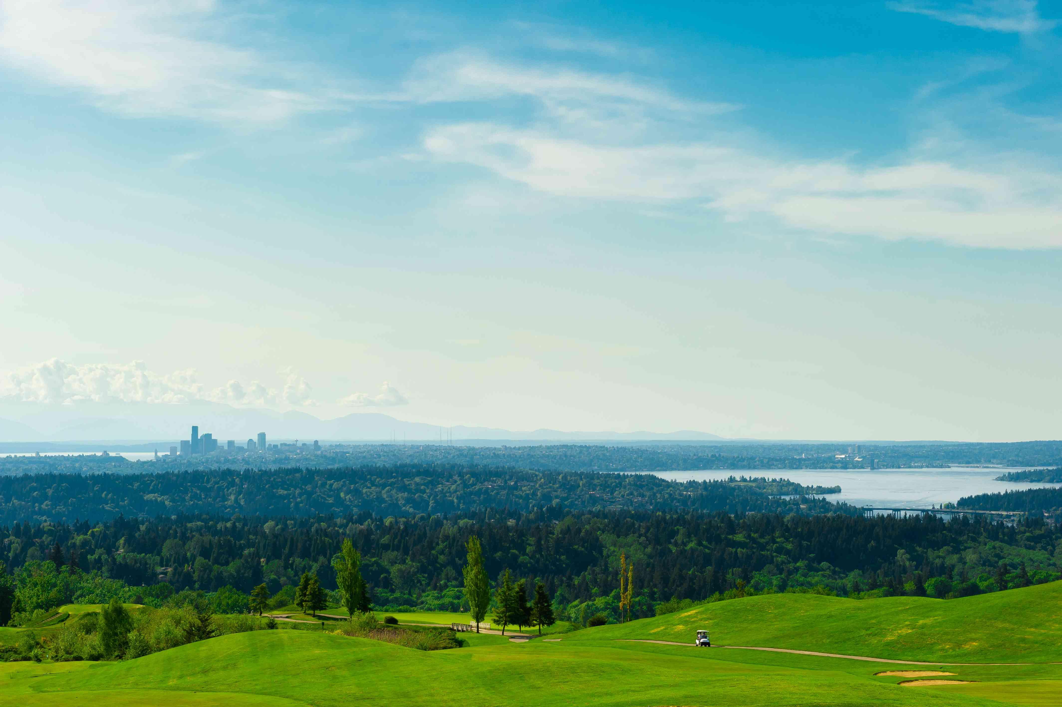 Campo de golf con hierba verde y el centro de Seattle