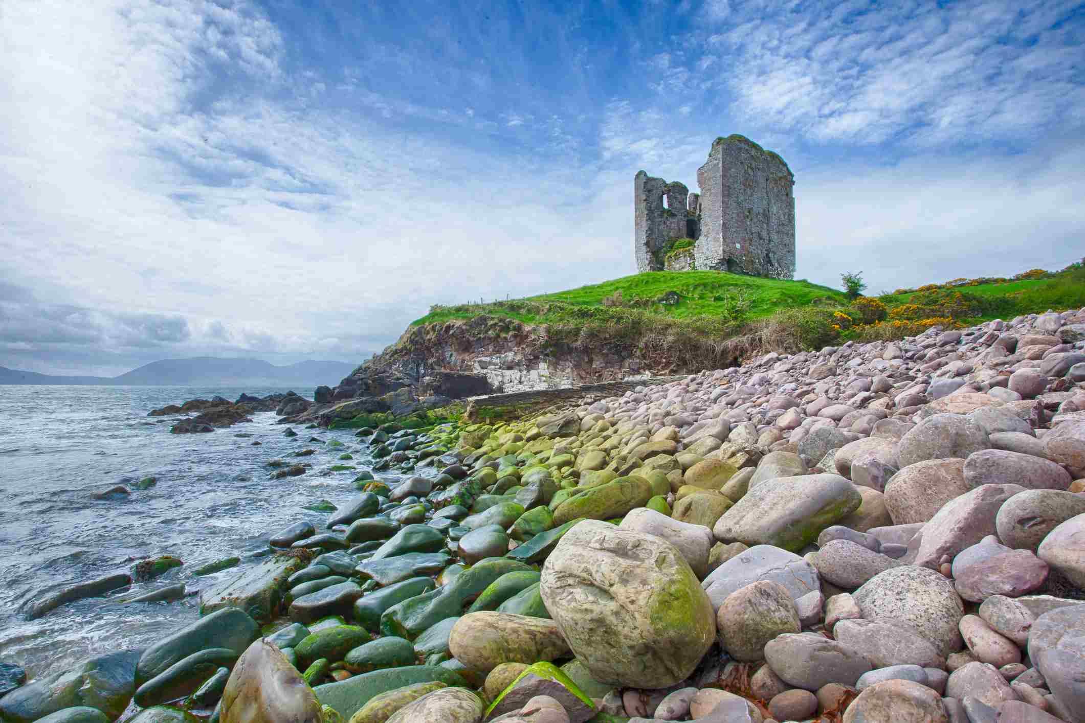 Ruinas de un castillo en el mar de Irlanda