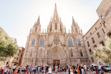 A large group of people standing outside of the Barcelona Cathedral