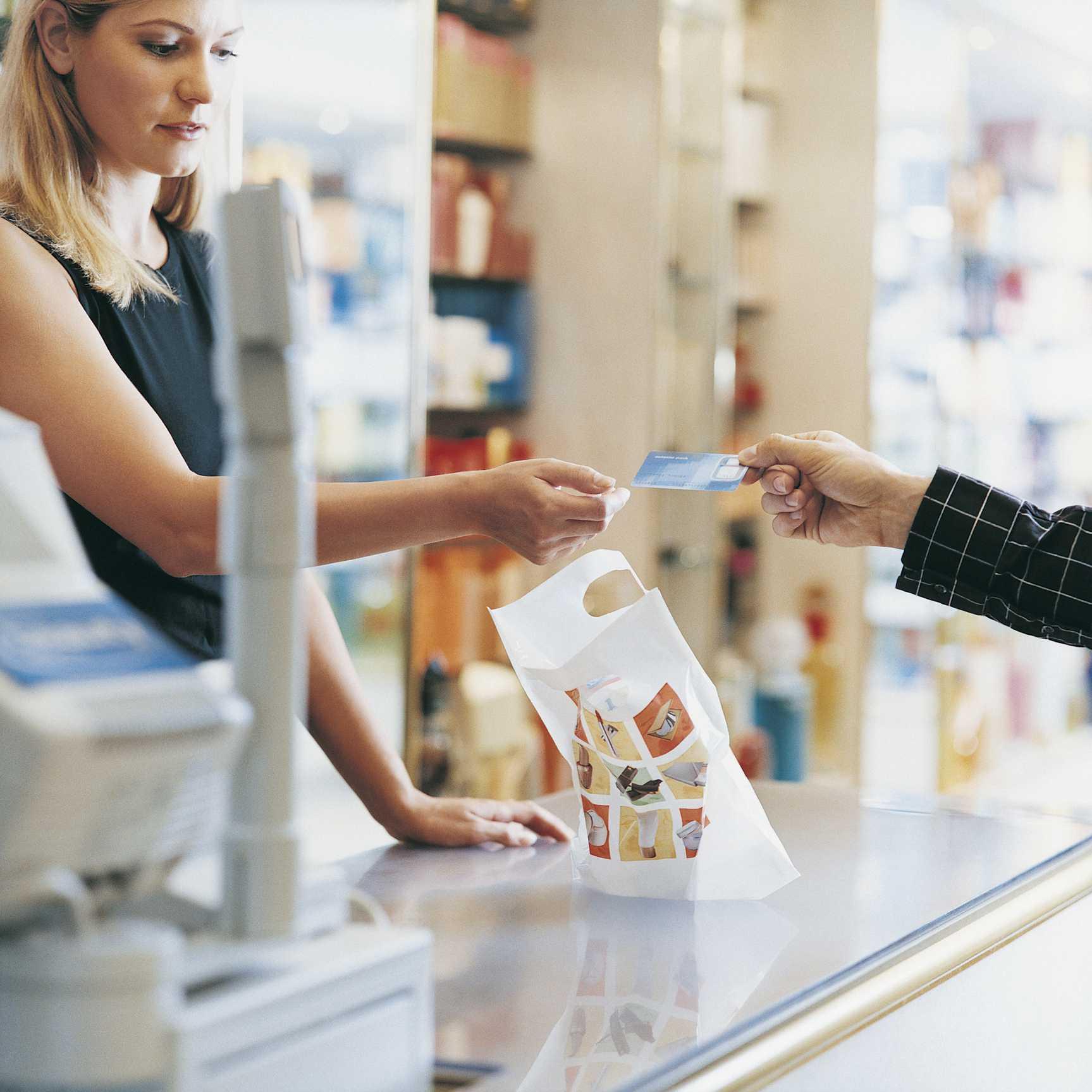 Asistente de tienda que acepta el pago