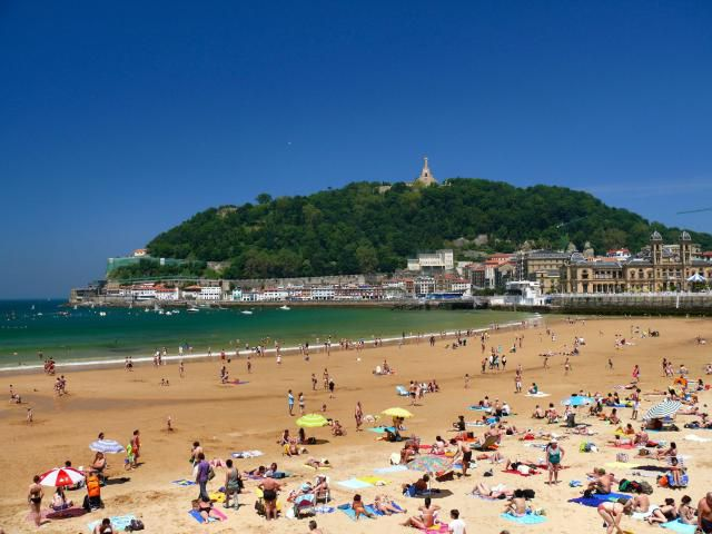 Playa de San Sebastián, cubierta de turistas