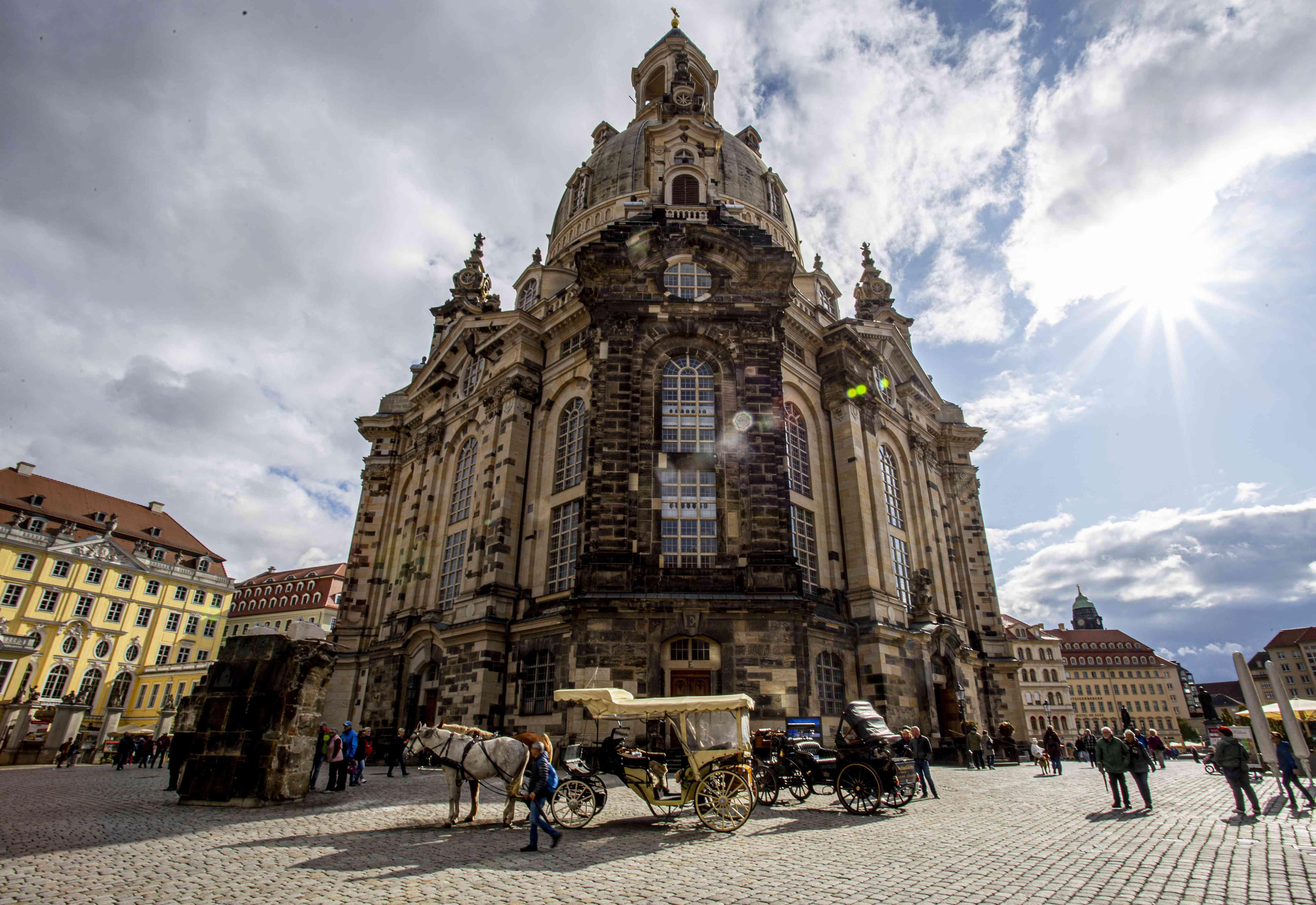 Un caballo y un carruaje por el exterior de la Iglesia de Nuestra Señora