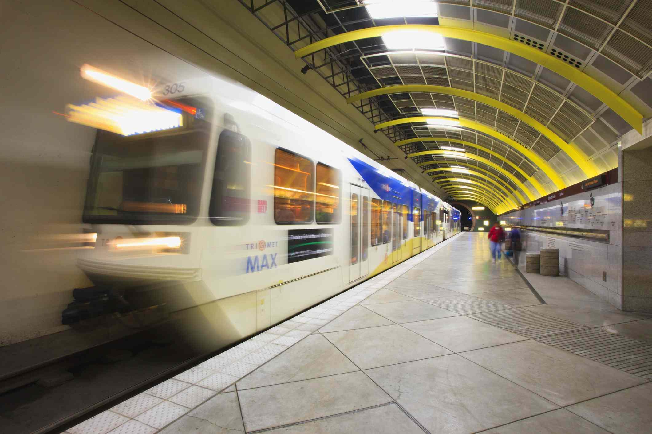 Tranvía Trimet Max, zoológico subterráneo de Portland. Portland Oregon , Letrero de neón en Pike Place Market