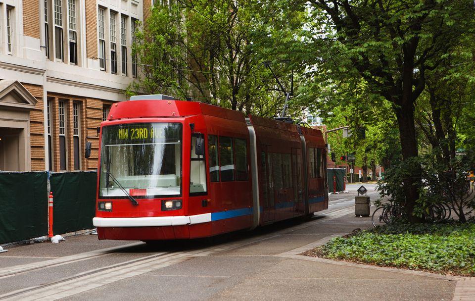 Red Portland Streetcar pasando por la ciudad