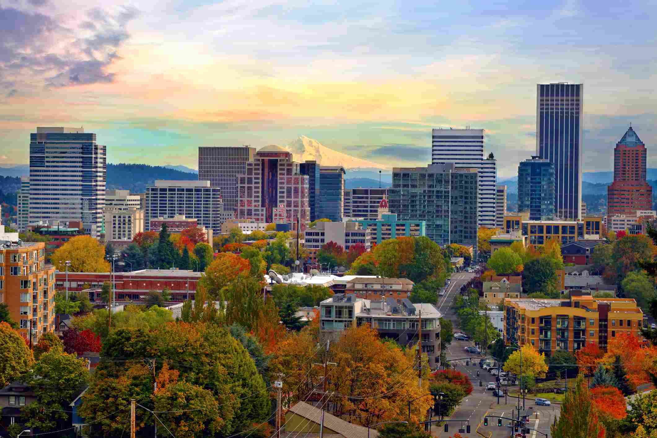 Paisaje urbano del centro de Portland Oregon en otoño