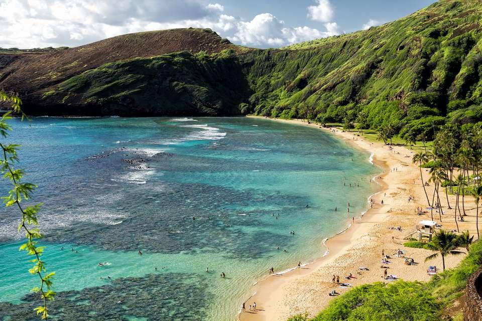 Costa de arena y acantilados verdes, Bahía de Hanauma, Oahu, Hawai, EE. UU.