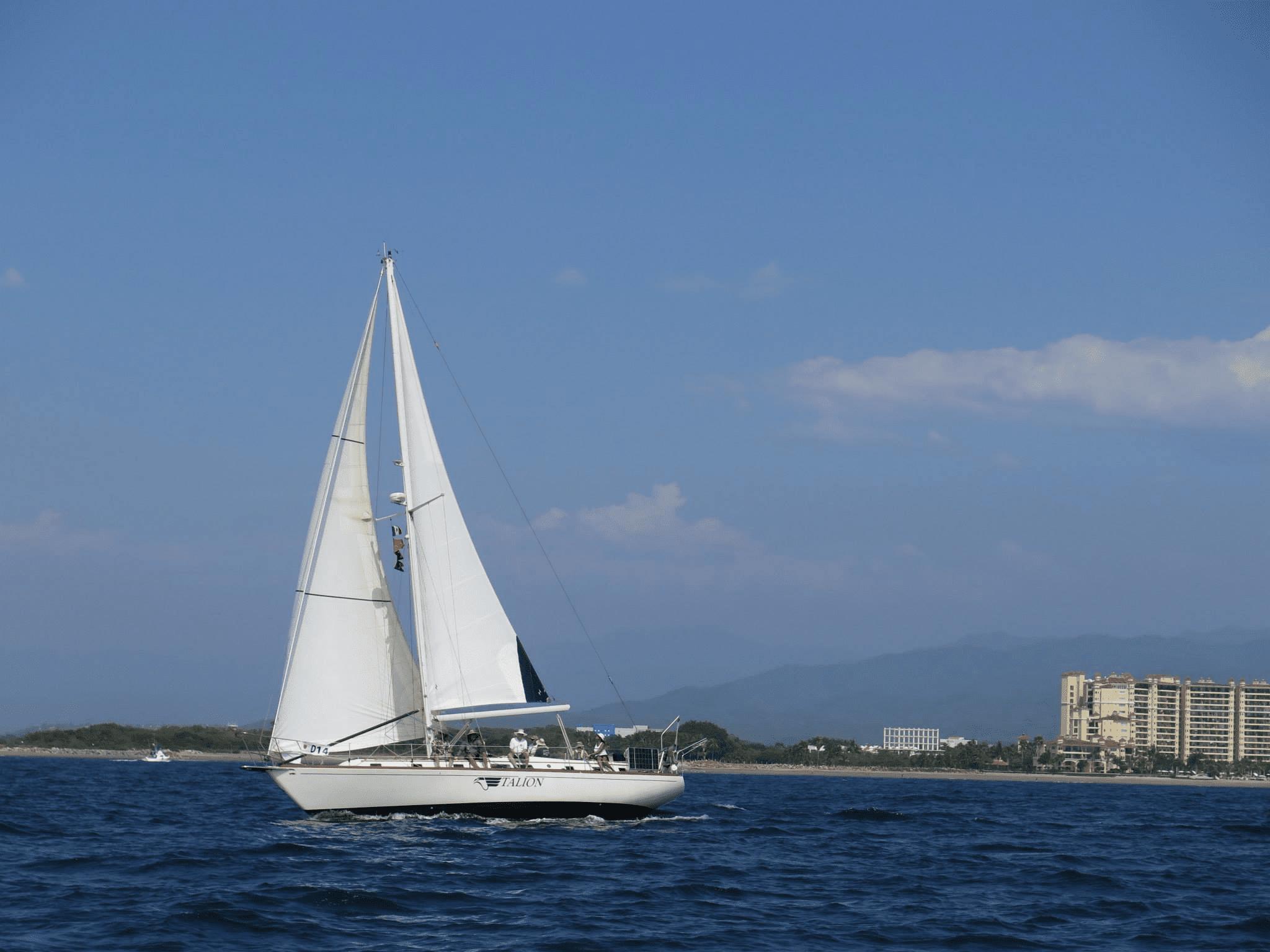 Velero en el agua en la regata internacional de la Bahía de Banderas