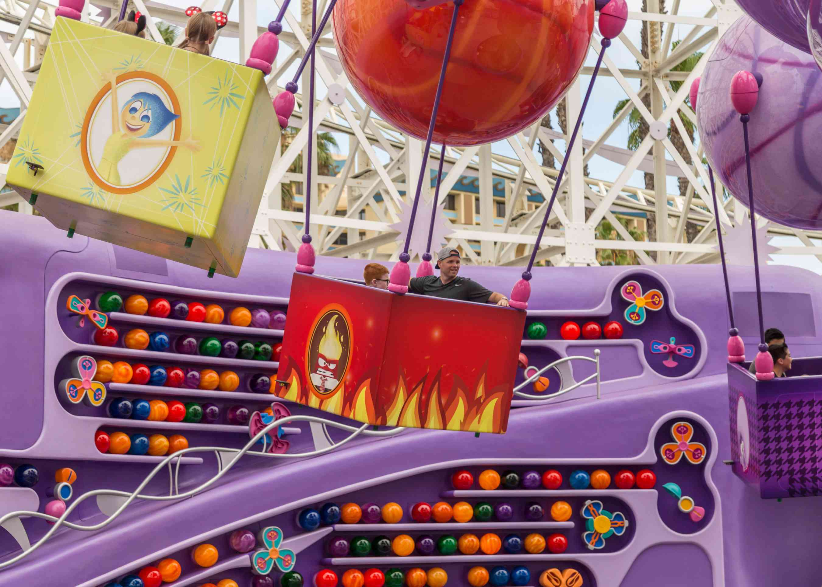 Los vehículos de paseo se ven como globos aerostáticos estilizados en Inside Out Emocional Torbellino en Pixar Pier en Disney California Adventure