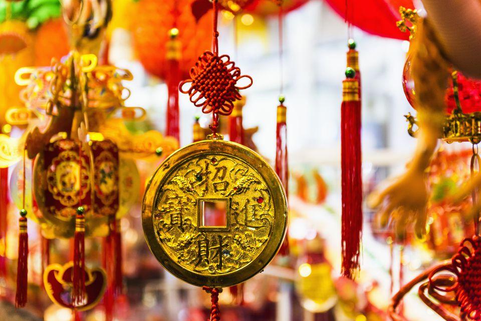 Moneda de la suerte colgando para el año nuevo chino en Hong Kong