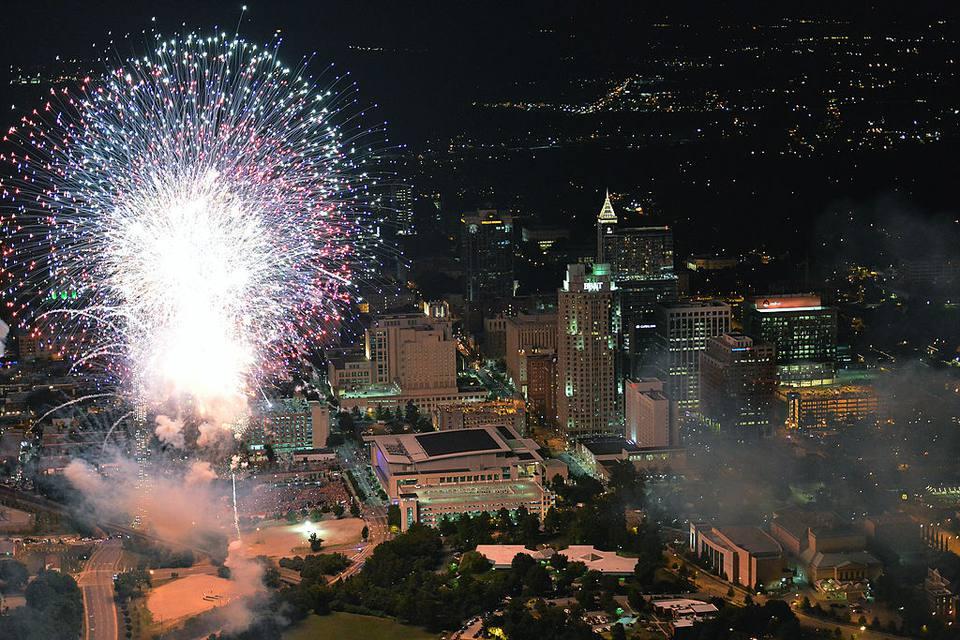 Una vista aérea del centro de Raleigh mientras los fuegos artificiales iluminan el cielo el 4 de julio de 2014 en Raleigh, Carolina del Norte.