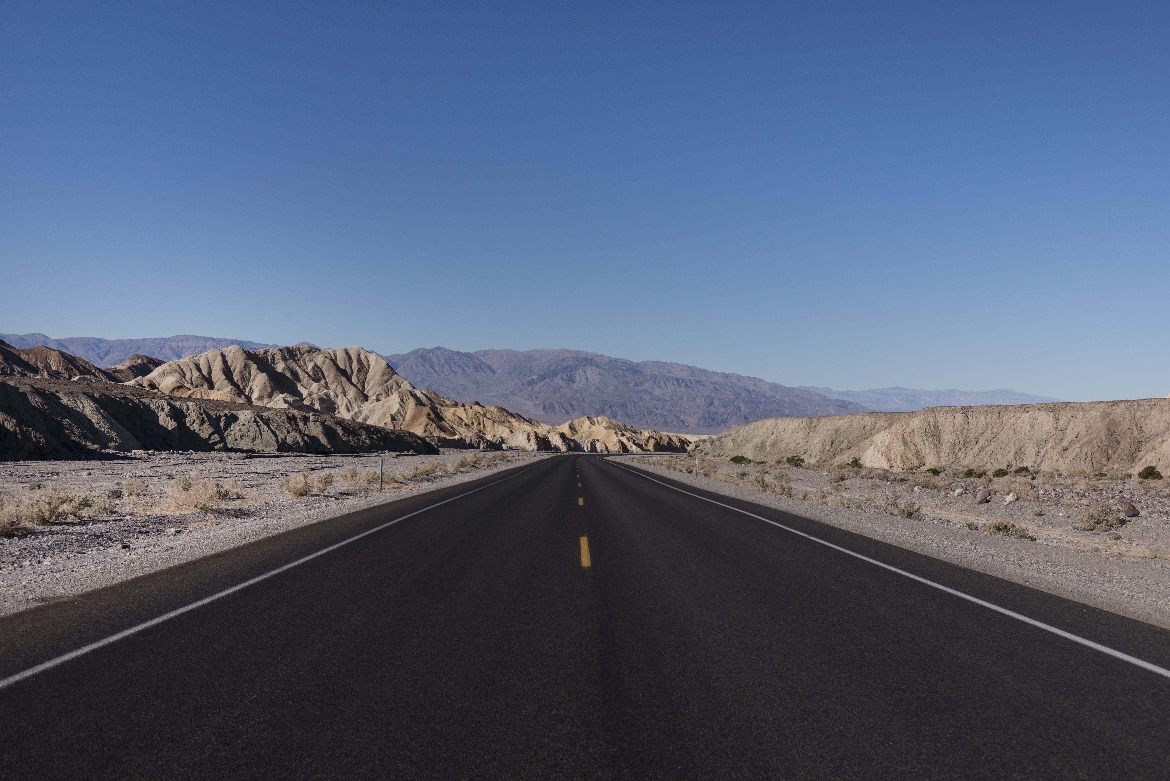 Una de las muchas carreteras largas, rectas y negras en el Valle de la Muerte de California