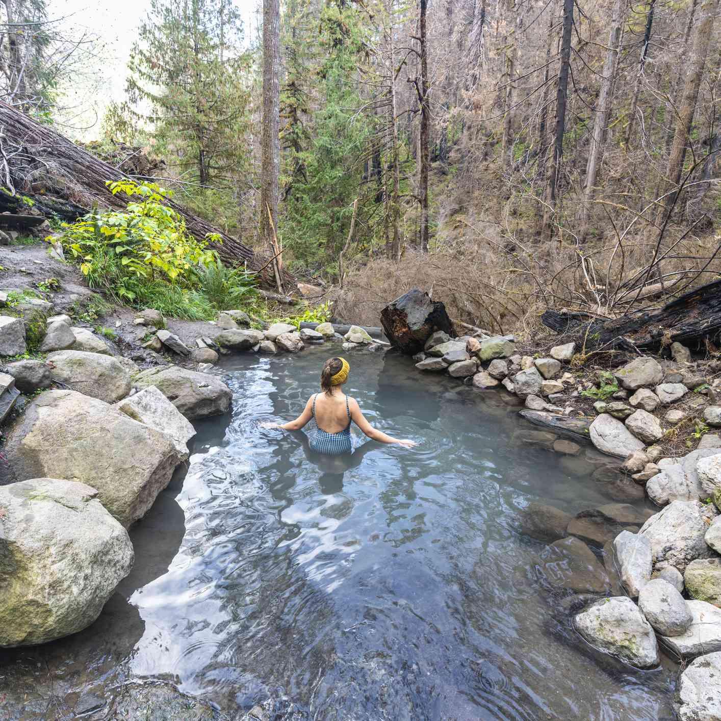Mujer relajante en Cougar / Terwilliger Hot Springs, Lane County, Oregón, Estados Unidos