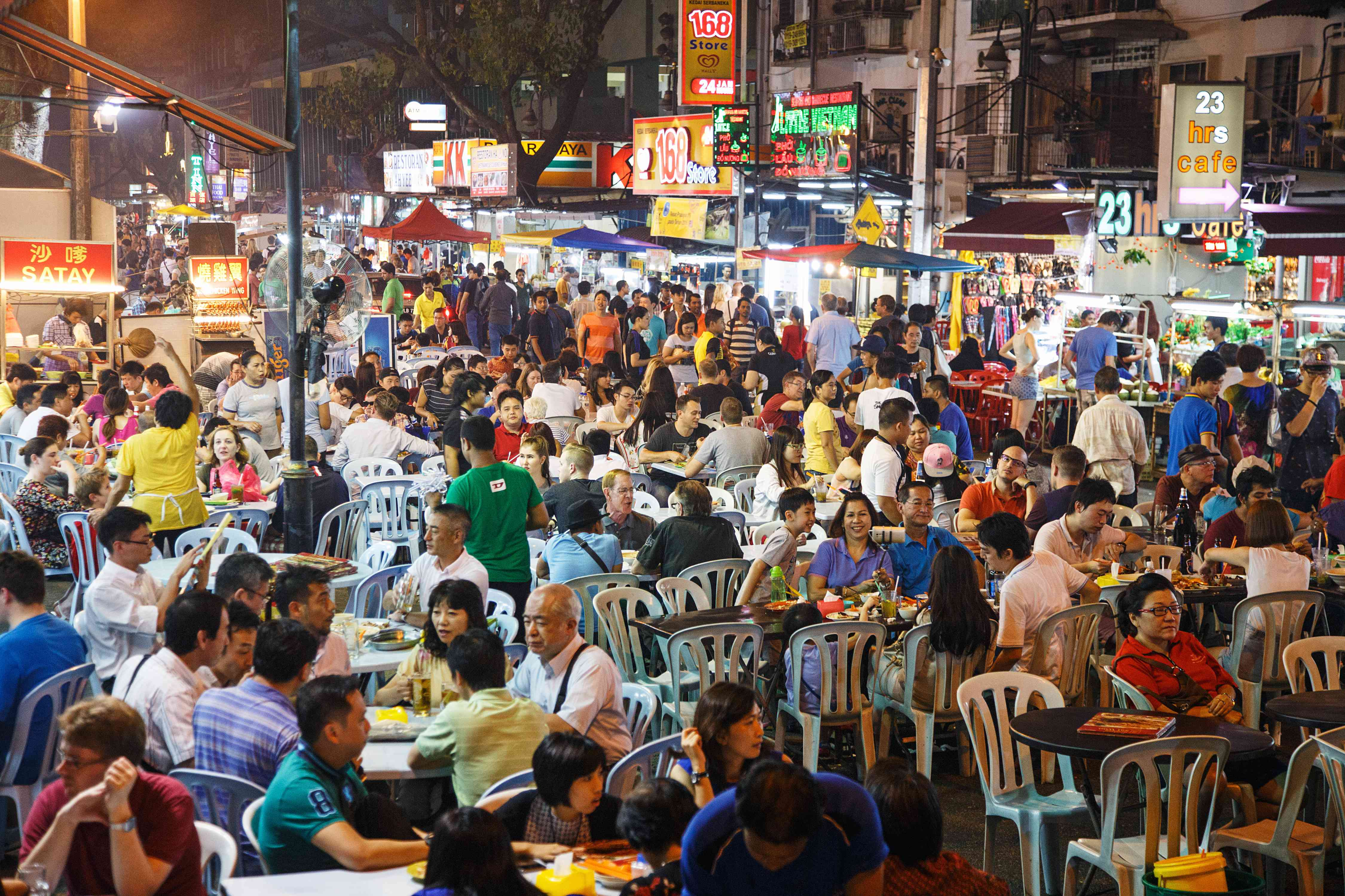 People eating at Jalan Alor in Kuala Lumpur