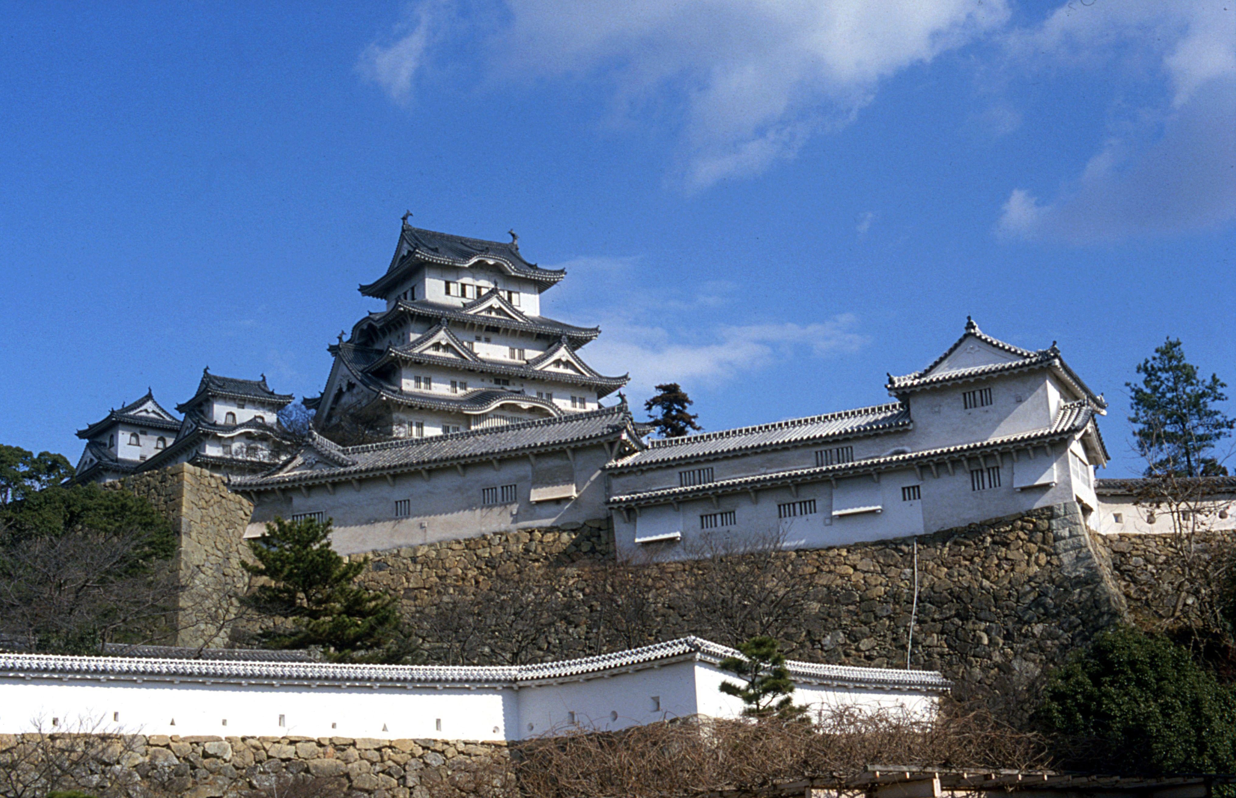 El imponente castillo de Himeji en Hyogo tiene una historia tan magnífica y una conservación tan exitosa que figura en la Lista del Patrimonio Mundial de la UNESCO