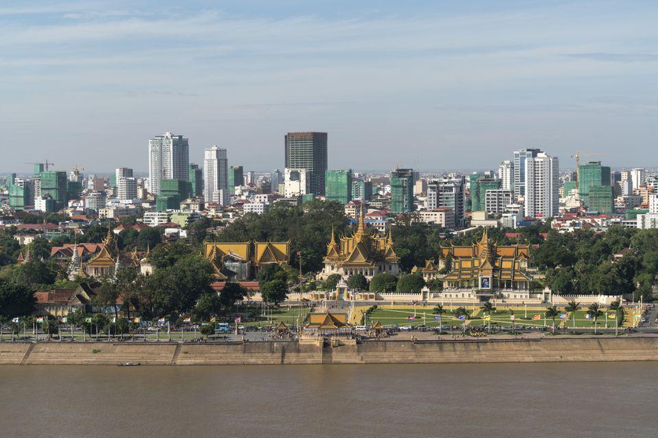 Camboya, Phnom Penh, paisaje urbano con el Palacio Real