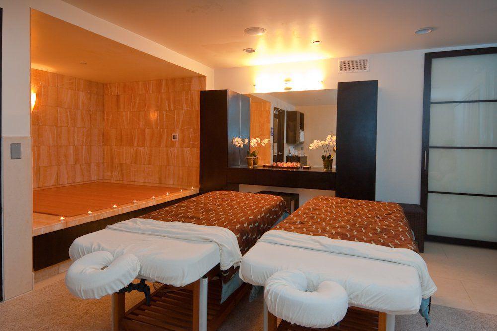 Una habitación para parejas con dos mesas de masaje en Tikkun Holistic Spa, Santa Mónica