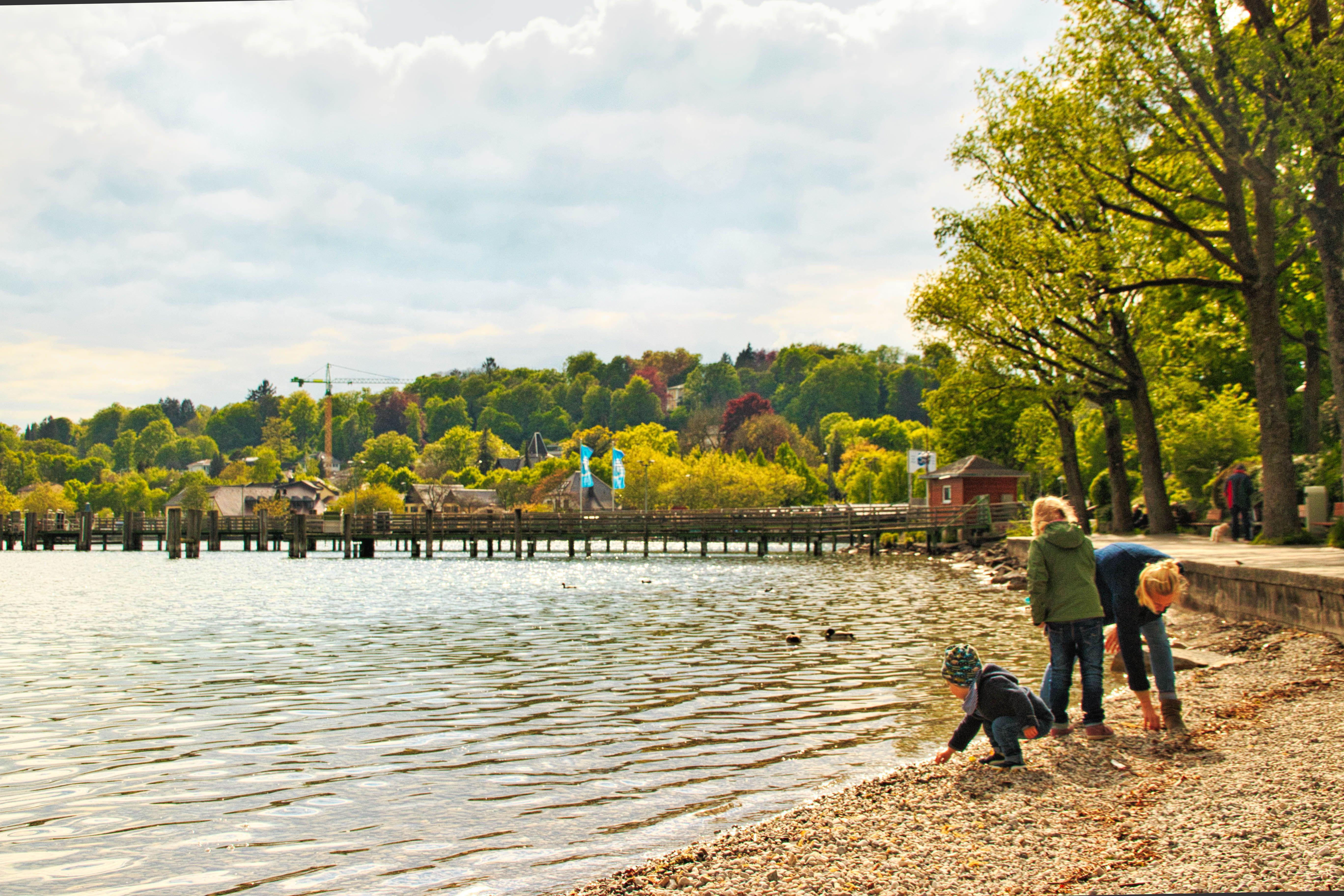 Kids throwing rocks in Lake Starnberg