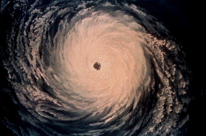 Representación artística de una imagen satelital de un huracán tropical en el Atlántico