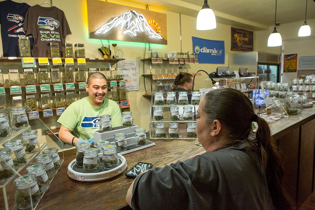 Dos personas en una tienda legal de marihuana