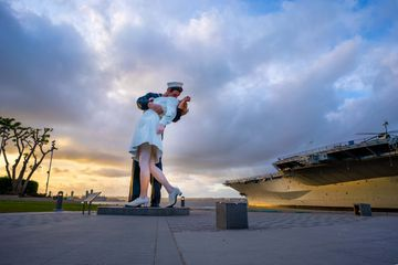 statue depicting the famous photo of a navy officer kissing a nurse