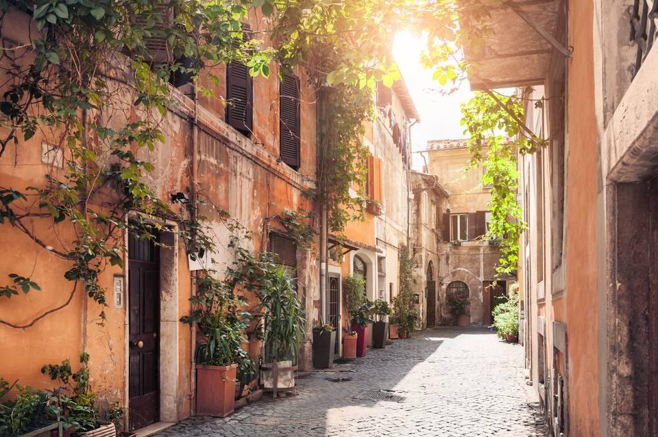 Una calle pintoresca en el distrito histórico de Trastevere, Roma, Italia
