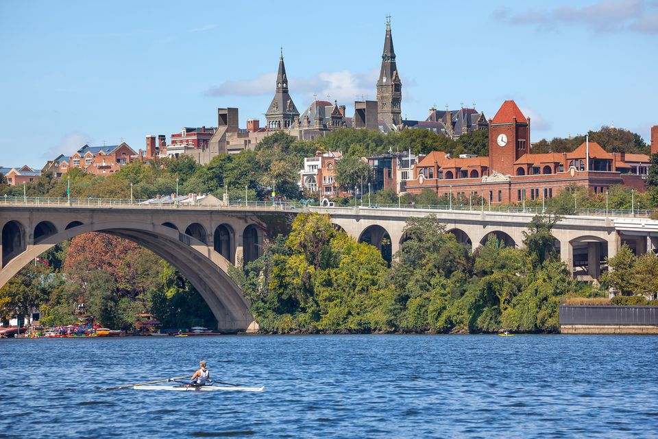El río Potomac con Key Bridge arriba y la Universidad de Georgetown, Washington DC, EE. UU.