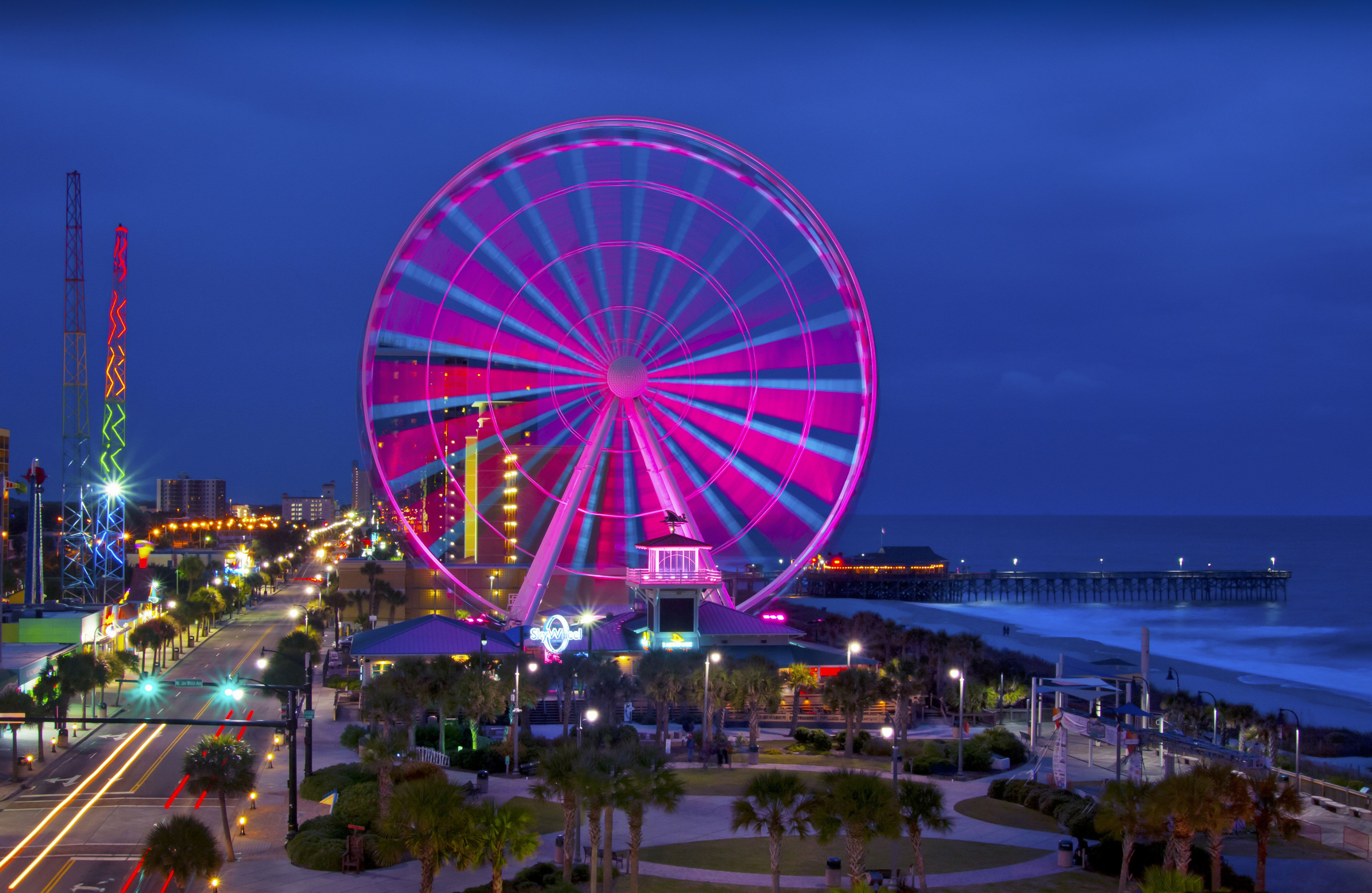 USA, South Carolina, Myrtle Beach, Illuminated Ferris wheel on Grand Strand