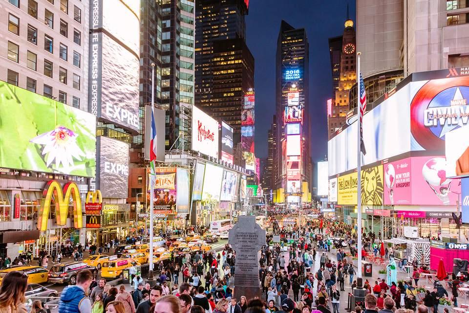 Time square al anochecer, ciudad de Nueva York, EE. UU.