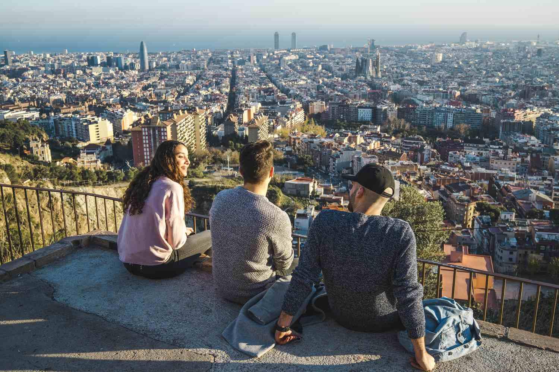 Grupo de personas disfrutando de las vistas del horizonte de Barcelona, España